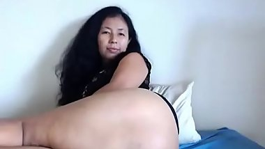 Asian milf showing nice ass